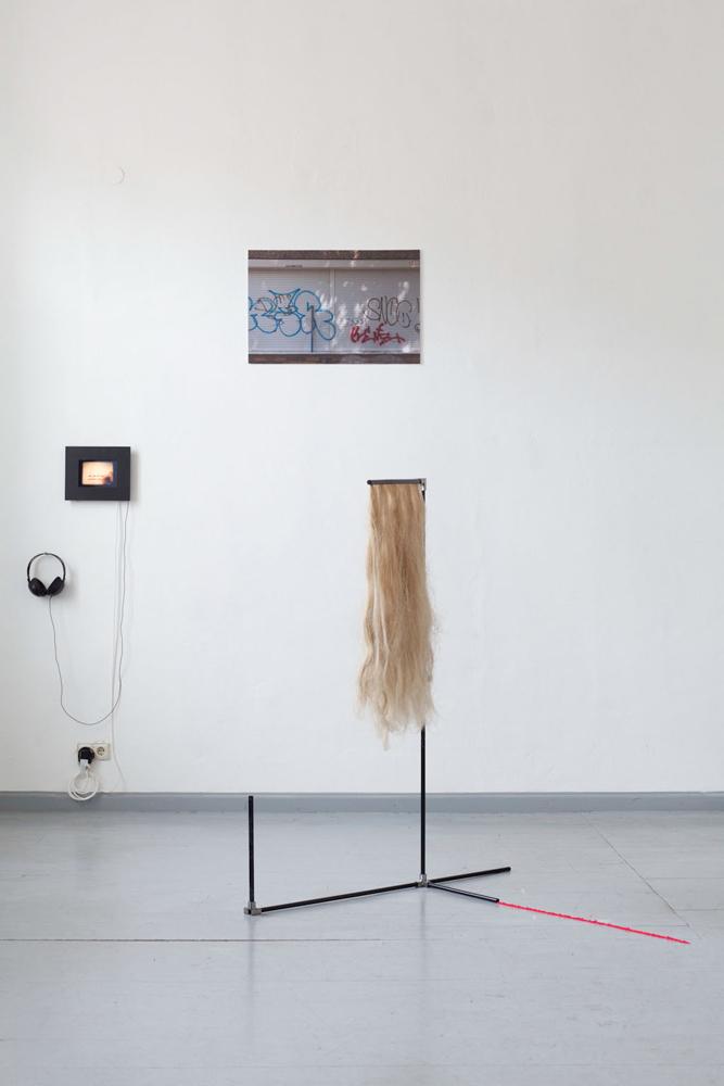 Vorne: Nora Frohmann, o.T., Metall, Lack, Hanf, Pigment, Klebefolie, 130 x 100 x 100 cm, 2014. Front: Nora Frohmann, untitled, metal, lacquer, hemp, pigment, adhesive film, 130 x 100 x 100 cm, 2014.