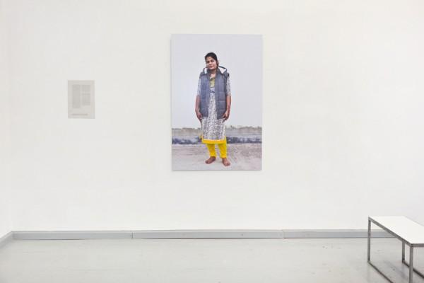 Sabrina Asche, Garments and Garment Workers (2015)  »Shahanaz Parwin«, C-print auf Alu-Dibond, 100cm x 150cm